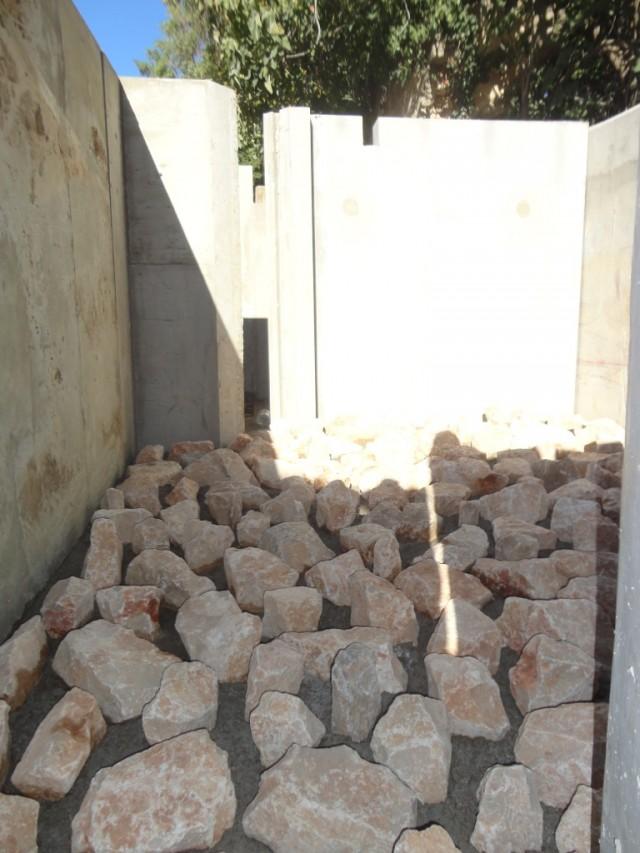 intérieur du bassin de la passe à poissons de marsillargues, pose de bloc de pierre en saillis pour améliorer la rugosité du fond de la passe à poissons