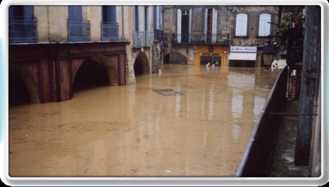 Crue de septembre 2002 - Place du marché à Sommières - US Sommièroise
